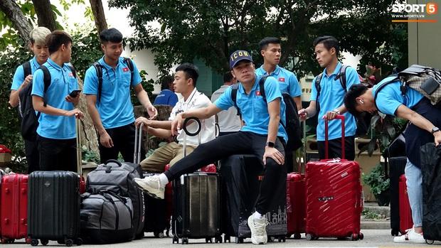 U23 Việt Nam rời Thái Lan về nước, thủ môn Bùi Tiến Dũng tích cực xếp hành lý cho cả đội - Ảnh 9.