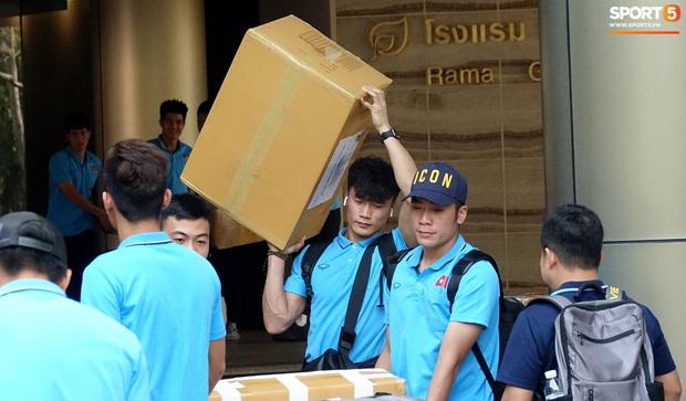 U23 Việt Nam rời Thái Lan về nước, thủ môn Bùi Tiến Dũng tích cực xếp hành lý cho cả đội - Ảnh 11.