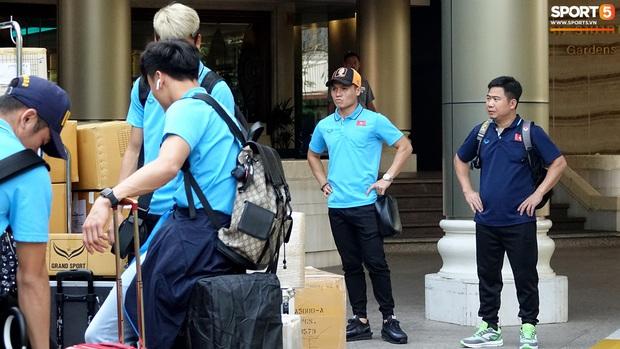 Đội trưởng Quang Hải đội nón Goku, cực ngầu khi chỉ đạo đồng đội nhanh chóng thu dọn hành lý - Ảnh 7.