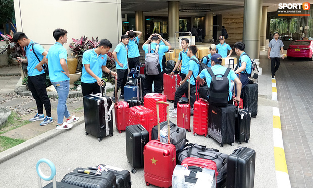 U23 Việt Nam rời Thái Lan về nước, thủ môn Bùi Tiến Dũng tích cực xếp hành lý cho cả đội - Ảnh 8.