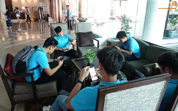 U23 Việt Nam rời Thái Lan về nước, thủ môn Bùi Tiến Dũng tích cực xếp hành lý cho cả đội - Ảnh 15.