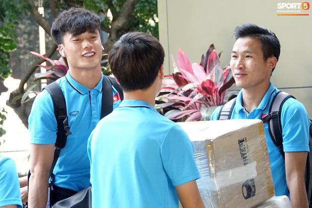 U23 Việt Nam rời Thái Lan về nước, thủ môn Bùi Tiến Dũng tích cực xếp hành lý cho cả đội - Ảnh 12.