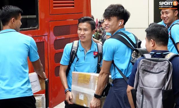 U23 Việt Nam rời Thái Lan về nước, thủ môn Bùi Tiến Dũng tích cực xếp hành lý cho cả đội - Ảnh 13.