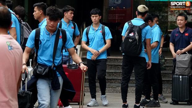 U23 Việt Nam rời Thái Lan về nước, thủ môn Bùi Tiến Dũng tích cực xếp hành lý cho cả đội - Ảnh 14.