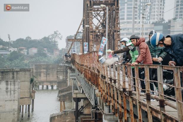 Dù nhóm tình nguyện viên hỗ trợ tiễn ông Công ông Táo về trời, một số người dân đứng trên cầu vẫn thản nhiên ném bát hương xuống sông - Ảnh 13.