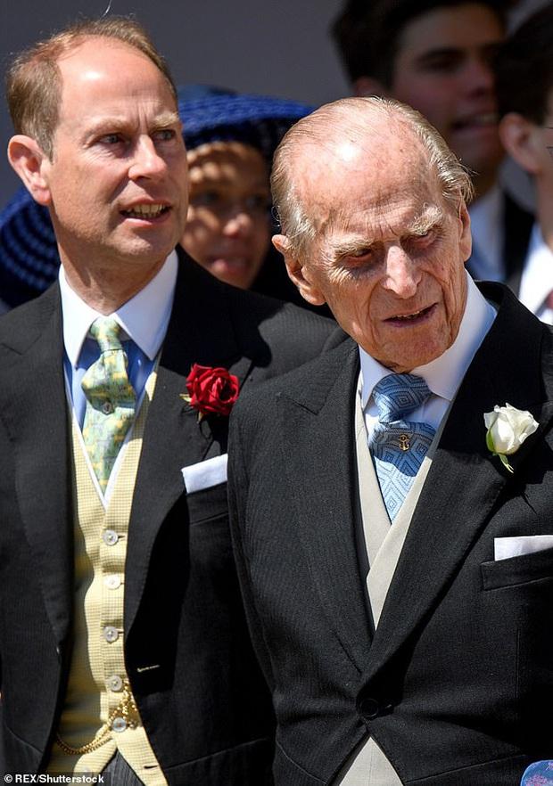 Nghiệp quật không chừa một ai: Nhiều năm trước trêu chọc anh trai thiếu tóc, Hoàng tử Harry giờ cũng đã có dấu hiệu bị hói đầu - Ảnh 4.