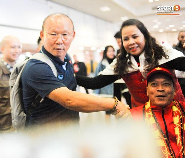 Nhường vé bay thẳng cho cầu thủ lại gặp sự cố delay, rạng sáng 18/1 HLV Park Hang-seo mới về đến Hà Nôi - Ảnh 1.
