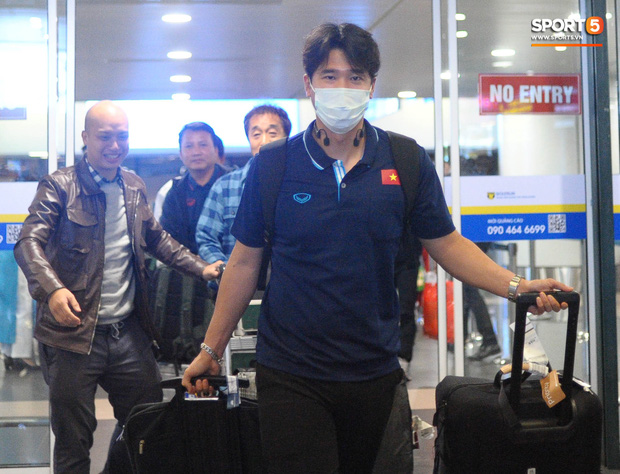 Nhường vé bay thẳng cho cầu thủ lại gặp sự cố delay, rạng sáng 18/1 HLV Park Hang-seo mới về đến Hà Nôi - Ảnh 4.