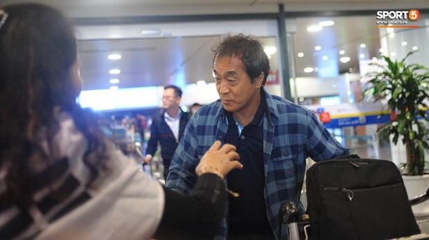 Nhường vé bay thẳng cho cầu thủ lại gặp sự cố delay, rạng sáng 18/1 HLV Park Hang-seo mới về đến Hà Nôi - Ảnh 5.