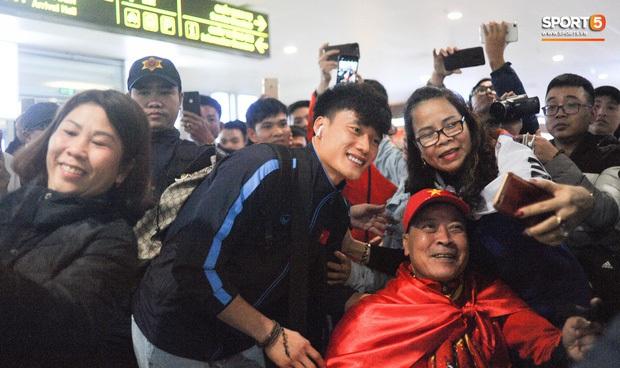 Buồn như đội tuyển U23 Trung Quốc ngày về nước: Đã mệt lả, kiệt sức vì chuyến bay dài lại còn bị các CĐV quay lưng - Ảnh 10.