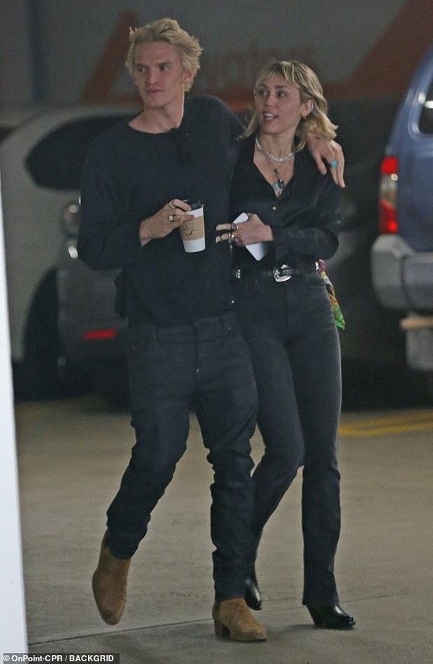 """Chỉ 1 ngày sau khi chồng cũ lộ ảnh tình tứ với bồ mới, Miley Cyrus cũng công khai ôm hôn bạn trai trên phố: """"Drama"""" ăn miếng trả miếng vẫn chưa có hồi kết? - Ảnh 5."""