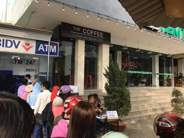 Góc cơ hội: Người đàn ông kê bàn mở dịch vụ rút tiền nhanh ngay cạnh cây ATM đang có hàng chục người chen chúc ngày giáp Tết - Ảnh 1.