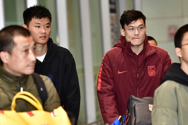 Buồn như đội tuyển U23 Trung Quốc ngày về nước: Đã mệt lả, kiệt sức vì chuyến bay dài lại còn bị các CĐV quay lưng - Ảnh 6.