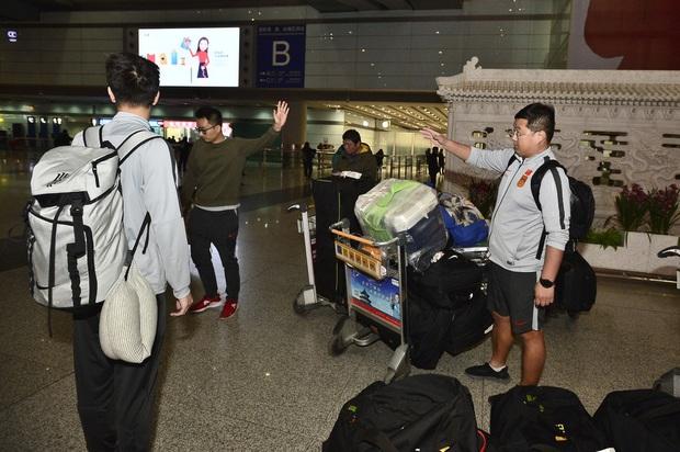 Buồn như đội tuyển U23 Trung Quốc ngày về nước: Đã mệt lả, kiệt sức vì chuyến bay dài lại còn bị các CĐV quay lưng - Ảnh 8.