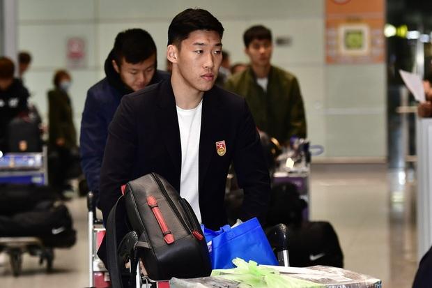 Buồn như đội tuyển U23 Trung Quốc ngày về nước: Đã mệt lả, kiệt sức vì chuyến bay dài lại còn bị các CĐV quay lưng - Ảnh 2.