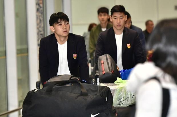 Buồn như đội tuyển U23 Trung Quốc ngày về nước: Đã mệt lả, kiệt sức vì chuyến bay dài lại còn bị các CĐV quay lưng - Ảnh 1.