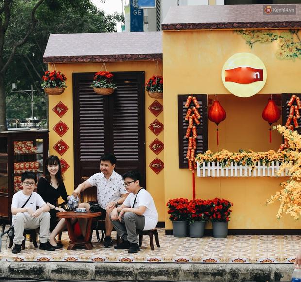 Phố nhà giàu Phú Mỹ Hưng đón Tết Canh Tý với đường hoa xuân đầy lúa và bắp ngô, tái hiện khung cảnh làng quê bình dị - Ảnh 15.
