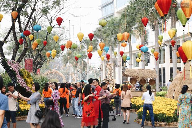 Phố nhà giàu Phú Mỹ Hưng đón Tết Canh Tý với đường hoa xuân đầy lúa và bắp ngô, tái hiện khung cảnh làng quê bình dị - Ảnh 8.