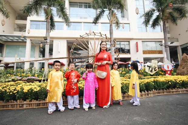 Phố nhà giàu Phú Mỹ Hưng đón Tết Canh Tý với đường hoa xuân đầy lúa và bắp ngô, tái hiện khung cảnh làng quê bình dị - Ảnh 10.