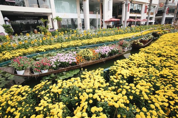 Phố nhà giàu Phú Mỹ Hưng đón Tết Canh Tý với đường hoa xuân đầy lúa và bắp ngô, tái hiện khung cảnh làng quê bình dị - Ảnh 7.