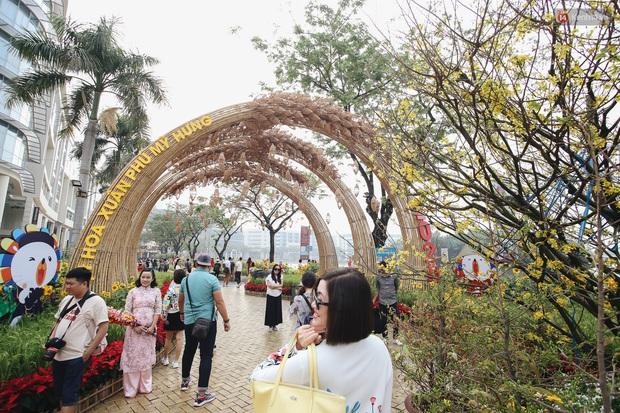Phố nhà giàu Phú Mỹ Hưng đón Tết Canh Tý với đường hoa xuân đầy lúa và bắp ngô, tái hiện khung cảnh làng quê bình dị - Ảnh 1.
