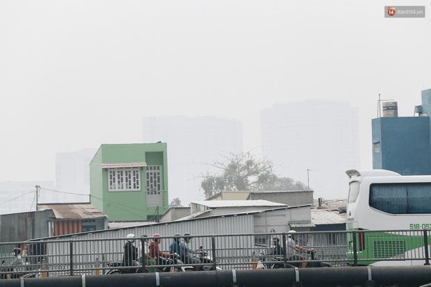 Toà nhà cao nhất Việt Nam mờ ảo trong bụi mù, Sài Gòn tiếp tục bị ô nhiễm nặng những ngày giáp Tết - Ảnh 13.