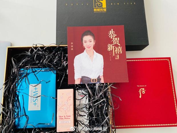 Choáng với quà năm mới toàn mỹ phẩm xịn sò của sao Cbiz: Triệu Lệ Dĩnh, Na Trát tặng nguyên bộ son môi, skincare đắt đỏ - Ảnh 5.