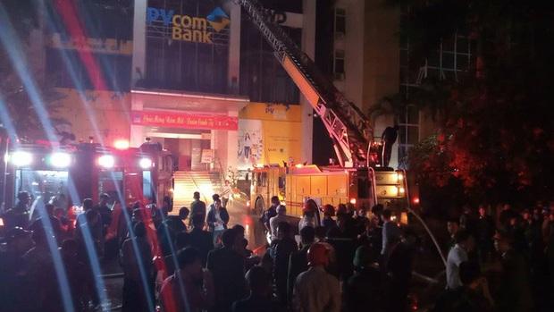 Hiện trường vụ cháy tòa nhà dầu khí Thanh Hóa khiến 2 người chết, 13 người bị thương - Ảnh 2.