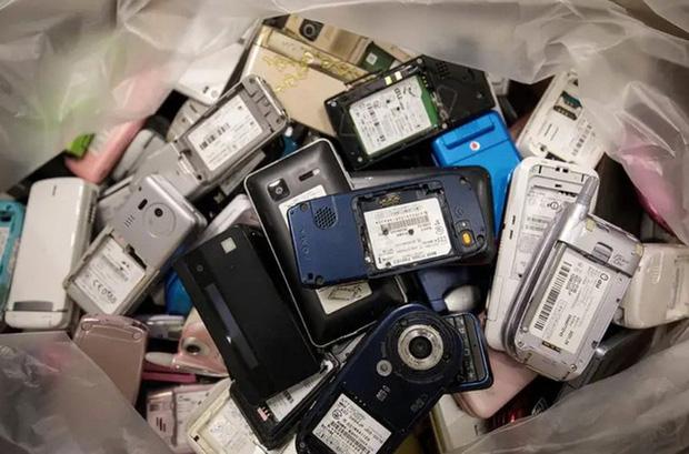 Các nhà khoa học đã tìm ra cách tận dụng khí nhà kính CO2 để tái chế pin cho smartphone, xe điện  - Ảnh 1.