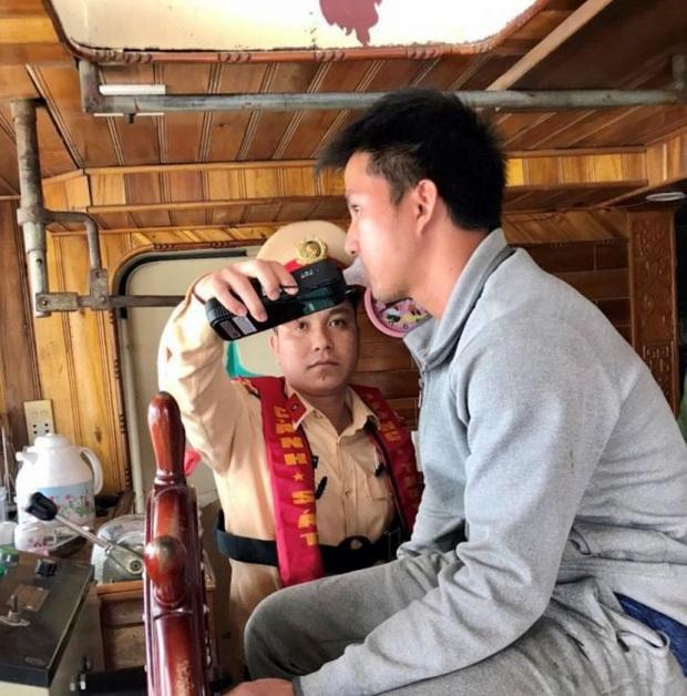CSGT xuống sông phạt ma men lái tàu thủy ở Bắc Ninh - Ảnh 2.