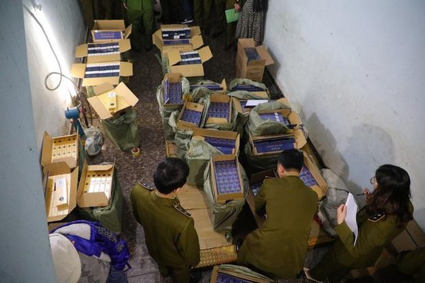 Lực lượng chức năng phá khóa căn nhà, thu giữ 15.000 bao thuốc lá nhập lậu - Ảnh 1.