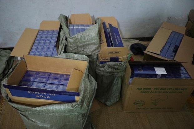 Lực lượng chức năng phá khóa căn nhà, thu giữ 15.000 bao thuốc lá nhập lậu - Ảnh 2.