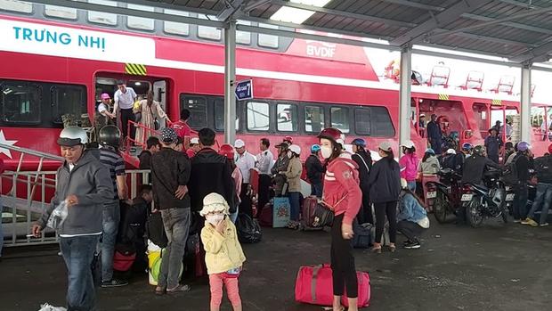 CLIP: Người lao động mang vác hành lý rời Phú Quốc về quê ăn Tết - Ảnh 3.