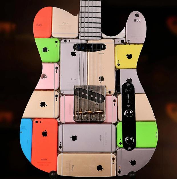 Gắn lại từ 106 iPhone và 1 iPod Touch, đây đích thị là cây guitar độc nhất thế giới, giá cũng trên trời - Ảnh 1.