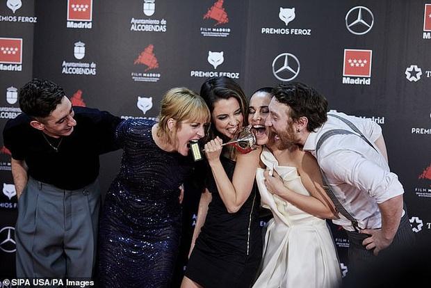 Sự cố váy áo gây đỏ mặt nhất đầu năm 2020: Nữ diễn viên lộ nguyên tòa thiên nhiên trong niềm vui chiến thắng - Ảnh 3.