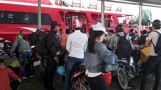 CLIP: Người lao động mang vác hành lý rời Phú Quốc về quê ăn Tết - Ảnh 4.