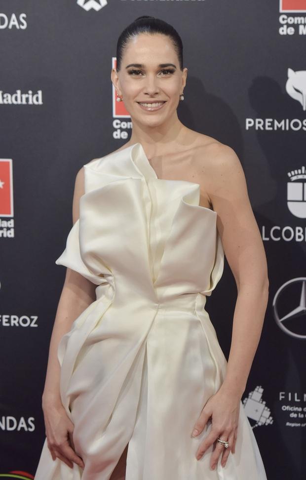 Sự cố váy áo gây đỏ mặt nhất đầu năm 2020: Nữ diễn viên lộ nguyên tòa thiên nhiên trong niềm vui chiến thắng - Ảnh 5.