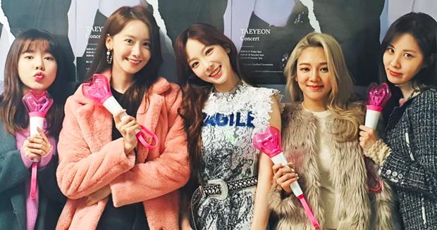 1 khoảnh khắc làm bao trái tim vỡ vụn: Các thành viên SNSD tề tựu tại concert của Taeyeon như fangirl đích thực - Ảnh 3.