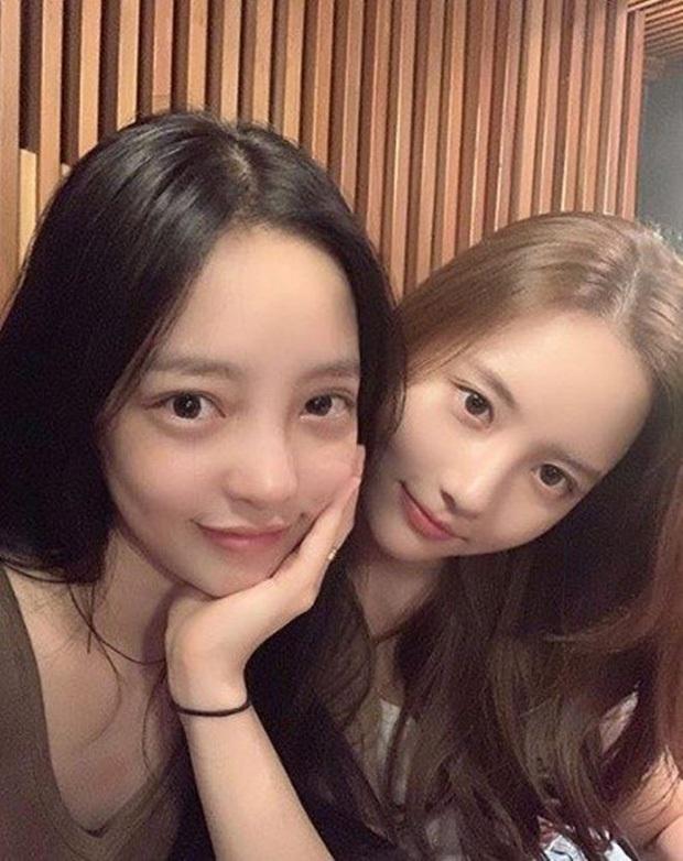"""Xúc động hình ảnh """"nữ hoàng thị phi"""" Han Seo Hee đem canh kim chi đến viếng người chị thân thiết Goo Hara - Ảnh 4."""