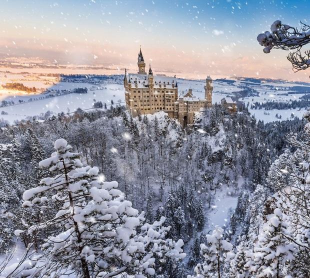 Chùm ảnh mùa đông với băng tuyết trắng xóa phủ khắp vạn vật đẹp đến mê hồn, trông tựa như khung cảnh trong truyện cổ tích - Ảnh 1.