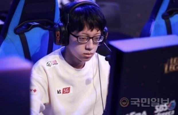 Game thủ Liên minh huyền thoại bỗng trở thành hiện tượng trai đẹp chỉ nhờ tháo kính và vuốt tóc sương sương - Ảnh 2.