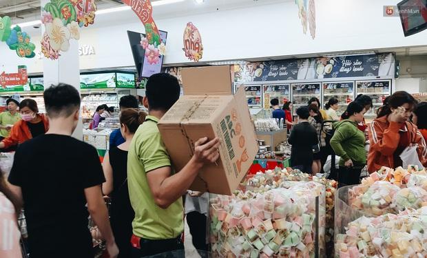 Ảnh: Người Sài Gòn xếp hàng dài ở siêu thị chờ mua sắm Tết chiều chủ nhật cuối năm - Ảnh 11.