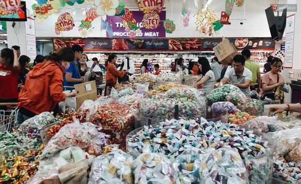 Ảnh: Người Sài Gòn xếp hàng dài ở siêu thị chờ mua sắm Tết chiều chủ nhật cuối năm - Ảnh 12.