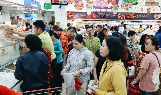 Ảnh: Người Sài Gòn xếp hàng dài ở siêu thị chờ mua sắm Tết chiều chủ nhật cuối năm - Ảnh 10.