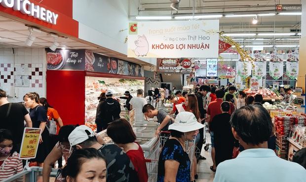 Ảnh: Người Sài Gòn xếp hàng dài ở siêu thị chờ mua sắm Tết chiều chủ nhật cuối năm - Ảnh 1.