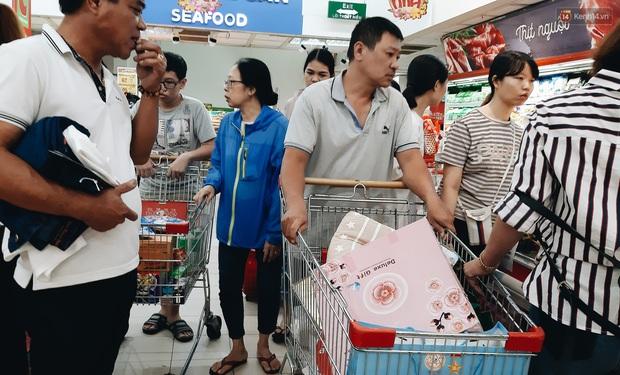 Ảnh: Người Sài Gòn xếp hàng dài ở siêu thị chờ mua sắm Tết chiều chủ nhật cuối năm - Ảnh 14.