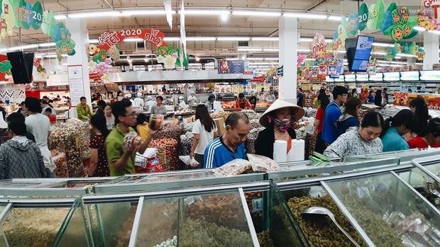 Ảnh: Người Sài Gòn xếp hàng dài ở siêu thị chờ mua sắm Tết chiều chủ nhật cuối năm - Ảnh 17.