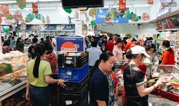 Ảnh: Người Sài Gòn xếp hàng dài ở siêu thị chờ mua sắm Tết chiều chủ nhật cuối năm - Ảnh 16.