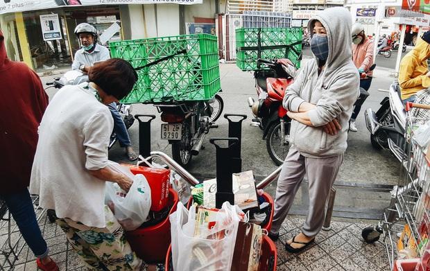Ảnh: Người Sài Gòn xếp hàng dài ở siêu thị chờ mua sắm Tết chiều chủ nhật cuối năm - Ảnh 20.