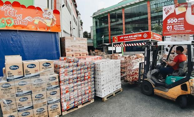 Ảnh: Người Sài Gòn xếp hàng dài ở siêu thị chờ mua sắm Tết chiều chủ nhật cuối năm - Ảnh 13.